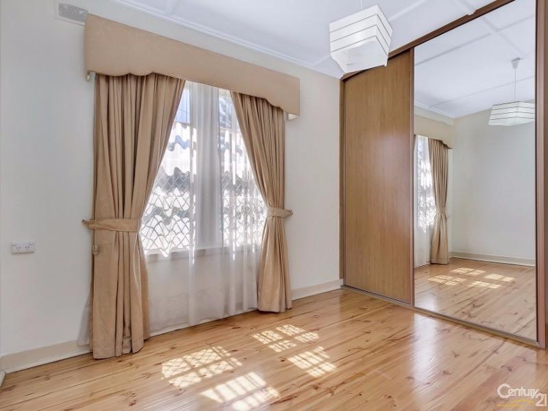 13 Hawkesbury Avenue, Kilburn - House for Sale in Kilburn