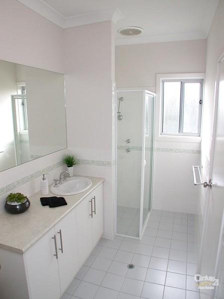 Bathroom 1 - 218 Esplanade, Seaford - Holiday House Rental in Seaford