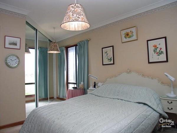 Bedroom 1 - Queen- downstairs - 49 Esplanade, Port Willunga - Holiday House Rental in Port Willunga
